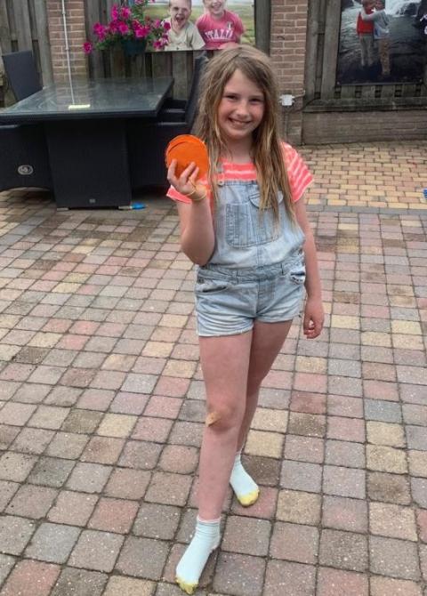 Elise van den Heuvel met haar knutsel-klos